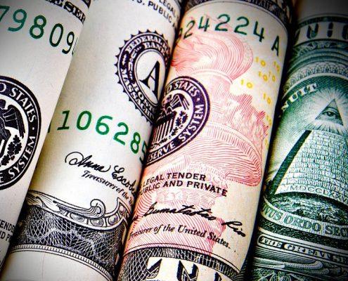 Billetes de dólar enrollados